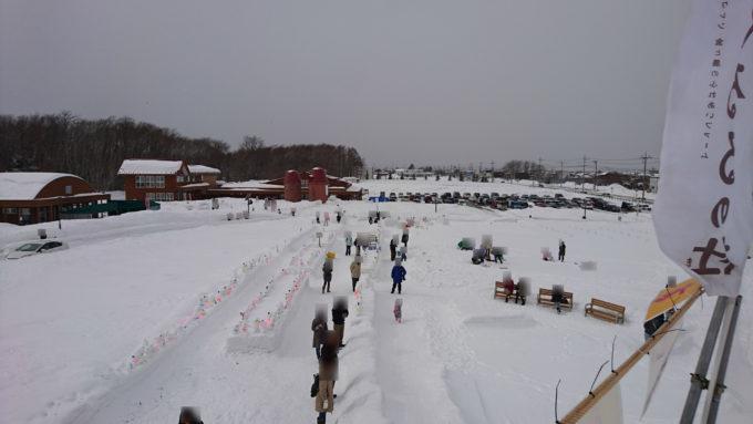 スノーチューブ専用滑り台頂上付近から雪だるま作りエリア