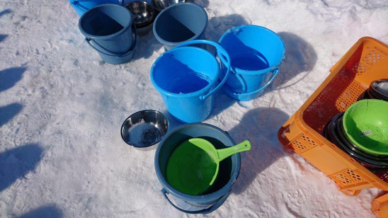 雪を固めるための水とバケツ