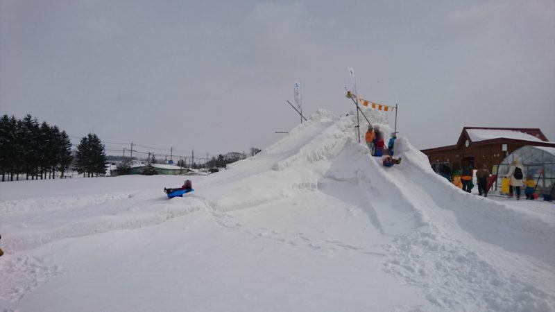 くるるの杜雪まつり雪山滑り台