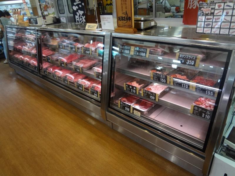 北海道和牛や黒豚など道産中心の食肉コーナー