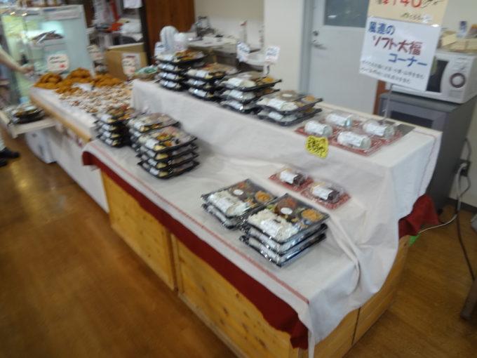 直売所に並ぶ食材を使った弁当や惣菜の販売