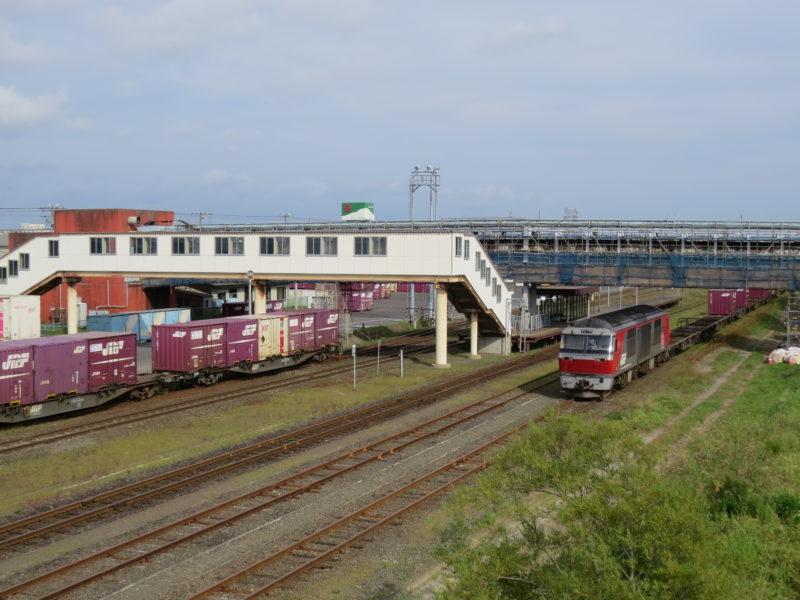 北海道内で貨物列車をけん引しているディーゼル機関車のレッドベア