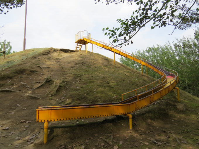 カーブがあるローラー式の滑り台