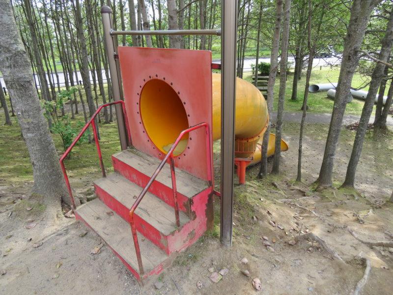 筒型滑り台の入り口付近