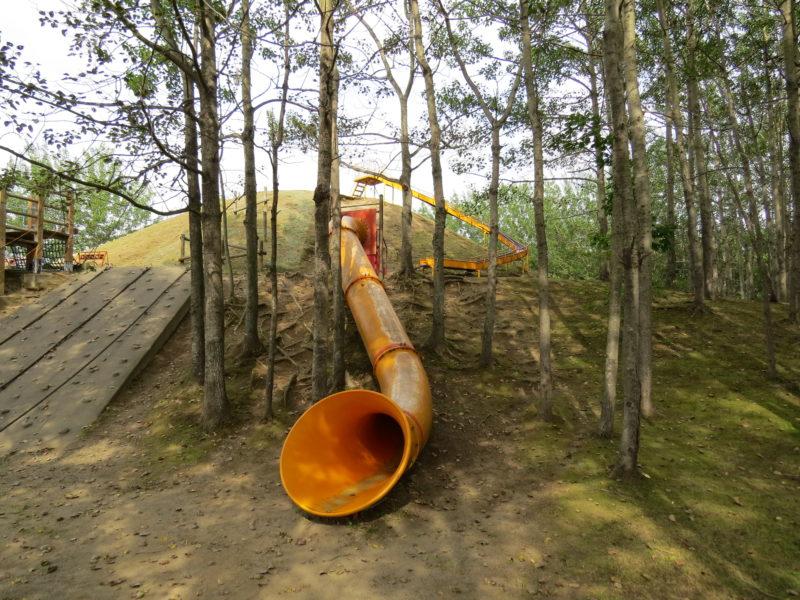筒型滑り台の出口付近