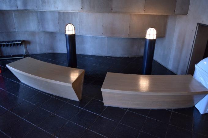 釧路湿原展望台内のベンチ