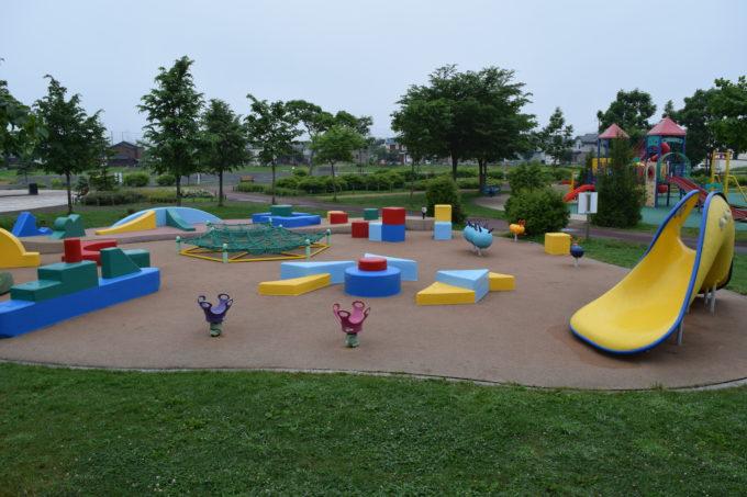 おもちゃ箱広場(手前)と遊びの広場(右奥)