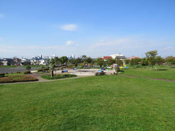 昭和の丘から遊びの広場とおもちゃ箱広場方面