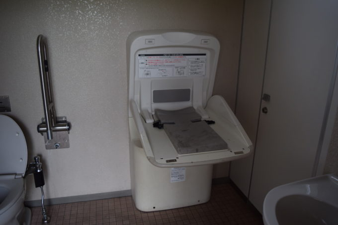 バリアフリートイレ内に1ヶ月~24ヶ月対象としたベビーシート