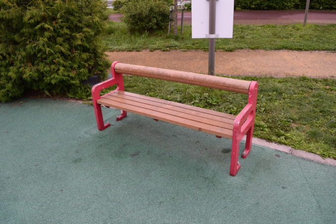 遊びの広場のベンチ