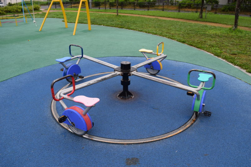 メリーゴーランド型の回転遊具