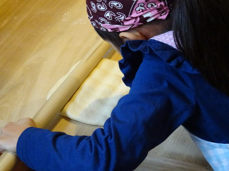 木の綿棒で生地を伸ばします