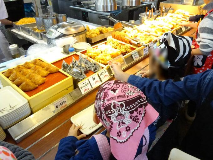 子供たちには天ぷらやおにぎりなど好きな具材を無料で振る舞われました。