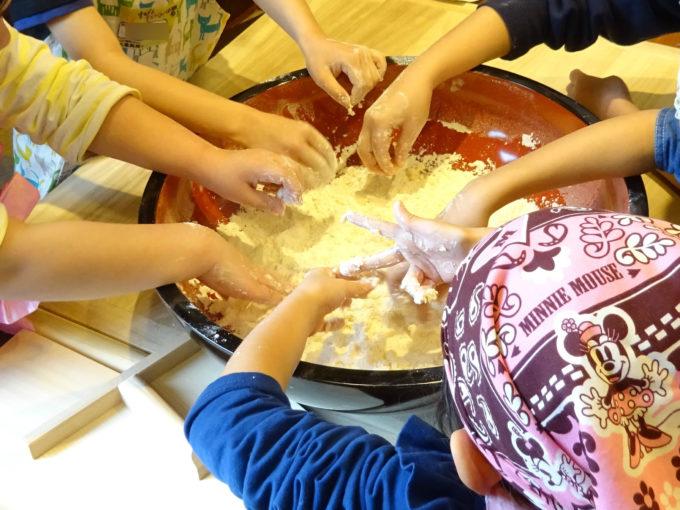小麦粉と塩水を均一にみんなで混ぜます