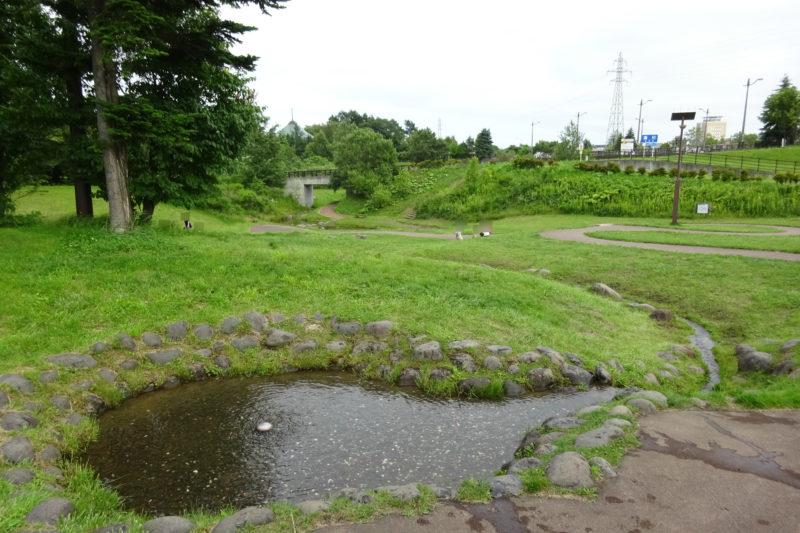 遊歩道沿いに小川が下まで続きます。奥には漁川があります。