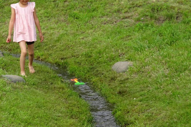 軽いおもちゃも水でどんぶらこと流れていきます