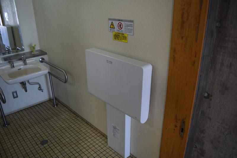 多目的トイレ内にある生後1ヶ月~24ヶ月対象のベビーシート