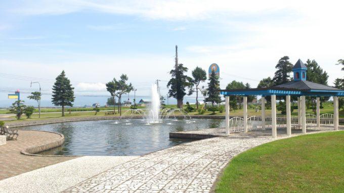 ふれあい広場の芝生と噴水