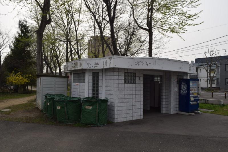 中央入口広場側トイレ