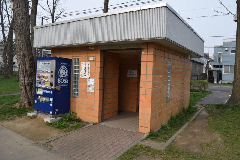 東駐車場側トイレ