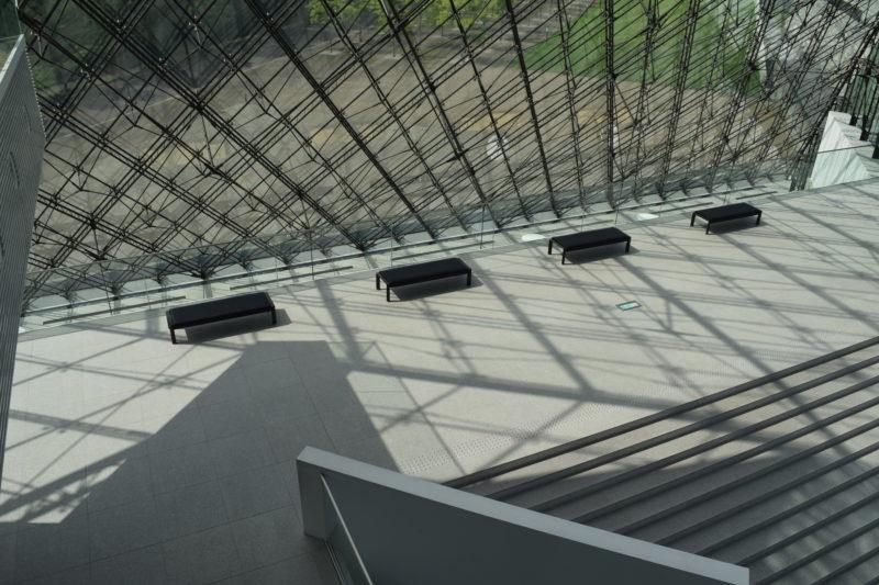 ガラスのピラミッド内にあるアトリウムのベンチ