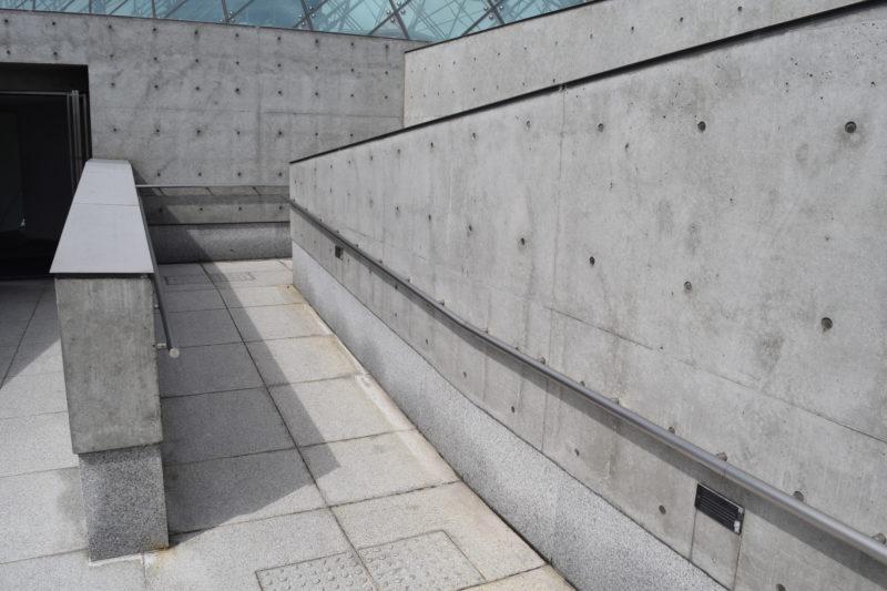 ガラスのピラミッドにはエレベーターがあり、屋上展望台へはスロープ