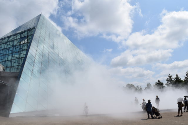 ガラスのピラミッド前でのミスト噴水