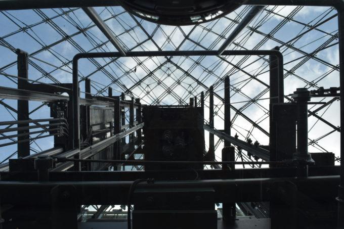 1階・2階・3階・屋上を移動するエレベーター内から見上げるガラス部分