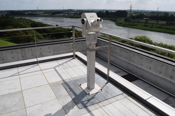 ガラスのピラミッドの屋上展望台にある観光望遠鏡