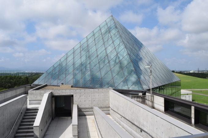 屋上展望台からのガラスのピラミッド頂上