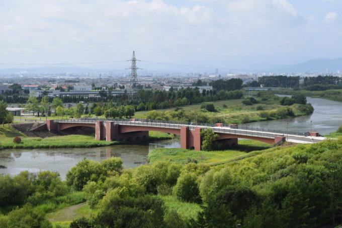 屋上展望台から望むモエレ沼公園内にある水郷東大橋