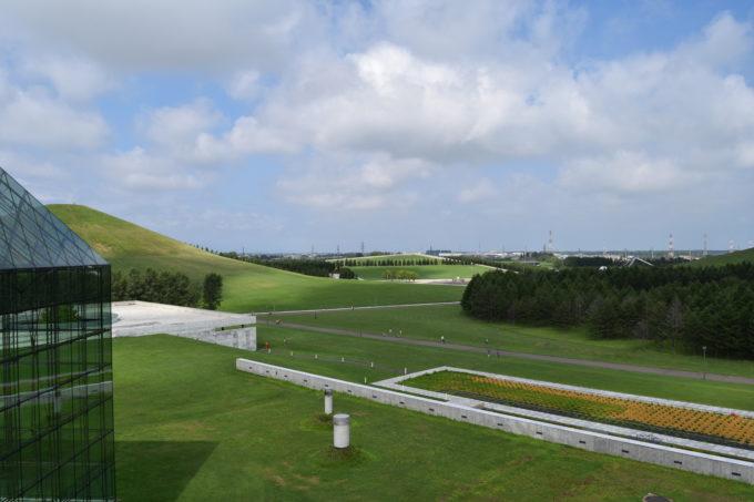 屋上展望台からモエレ山と野外ステージ方面