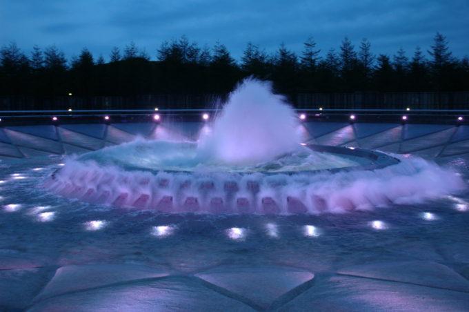 夜の噴水はライトアップ