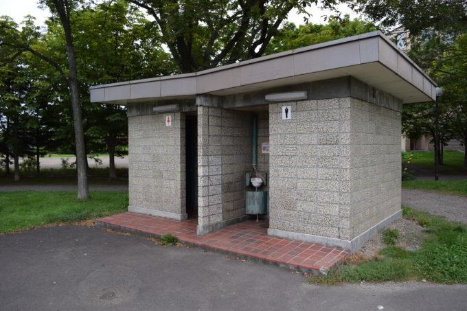 野球場付近の男女別トイレ(和式)