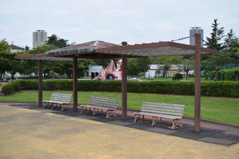 ちゃぷちゃぷ広場を囲うようにベンチ