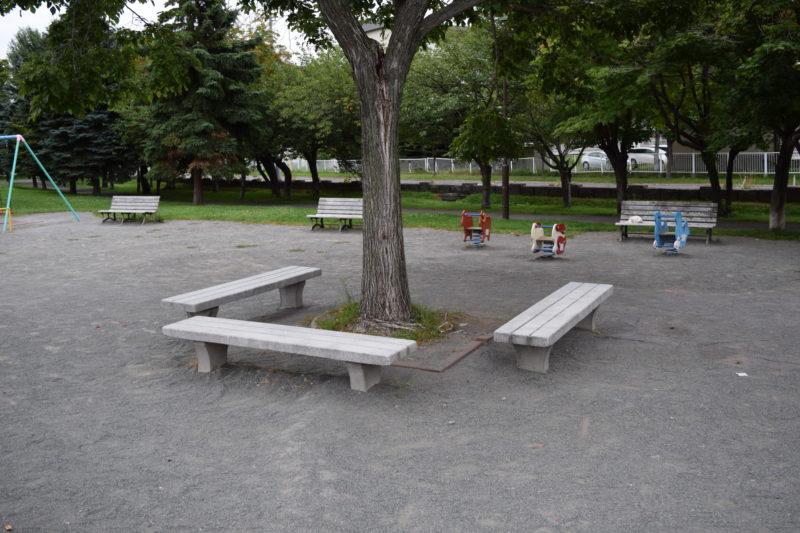 遊具広場のベンチ