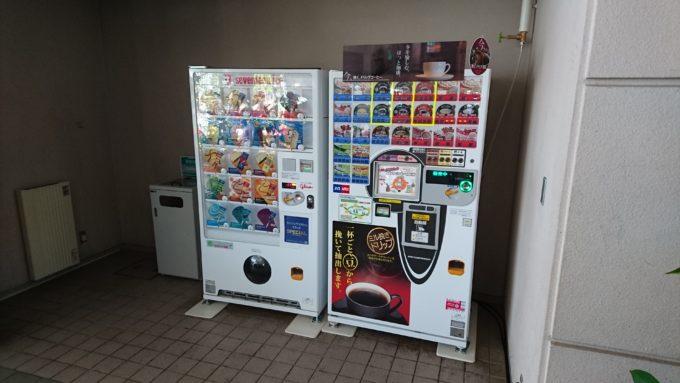 ツインキャップ内のアイスクリームとカップ自動販売機