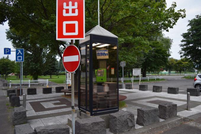 駐車場出入口付近の公衆電話