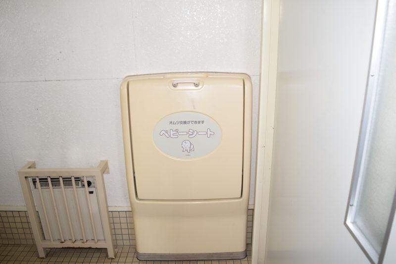 バリアフリートイレ内にあるおむつ交換台