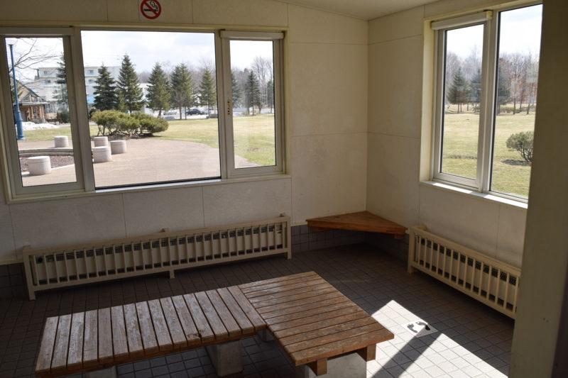 公園内にある採暖室