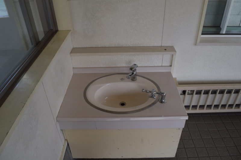 採暖室内の手洗い場