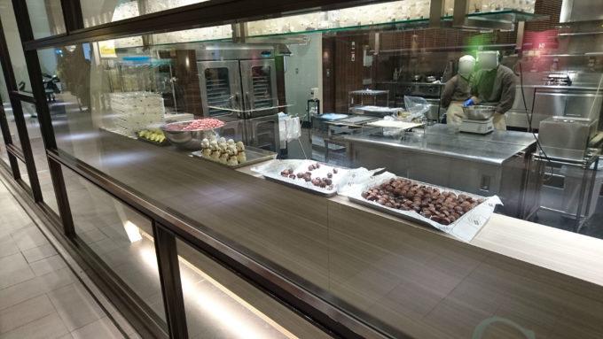 ショップに並ぶチョコレートの製造