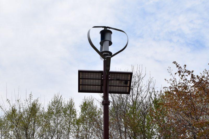 完全独立型で風力と太陽光で発電した電力をバッテリーに貯め、省エネLEDを灯します。