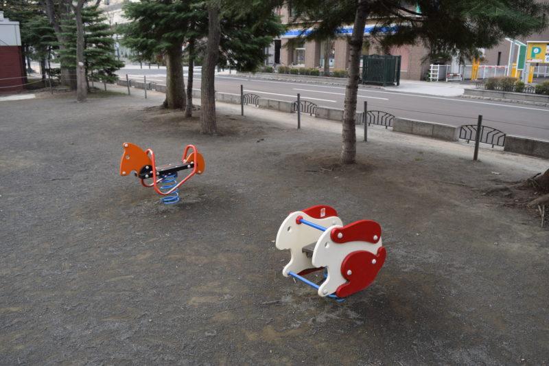 うさぎと馬のスプリング遊具