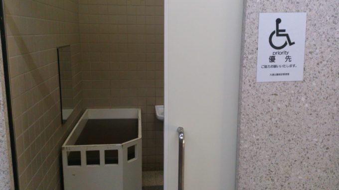 西9丁目男女各トイレのバリアフリートイレ個室内におむつ交換台