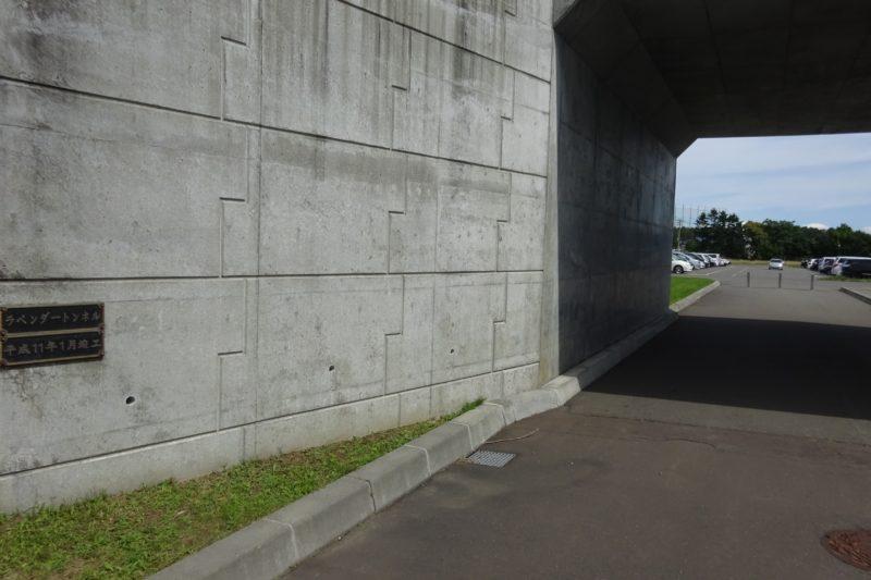 さとらんど交流館と第6駐車場を結ぶラベンダートンネル