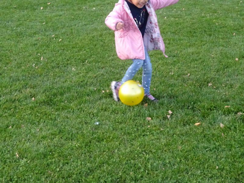 広いのでボールを思いっきり蹴ったりして楽しめます