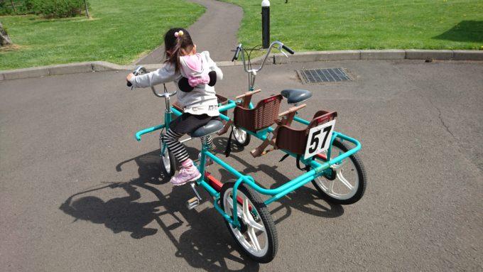 幼児シートが2ついた4輪自転車