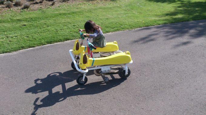 横並びしている犬型のおもしろ自転車