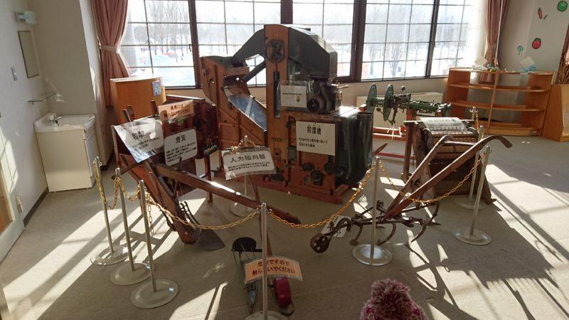 昔の農作機械を展示
